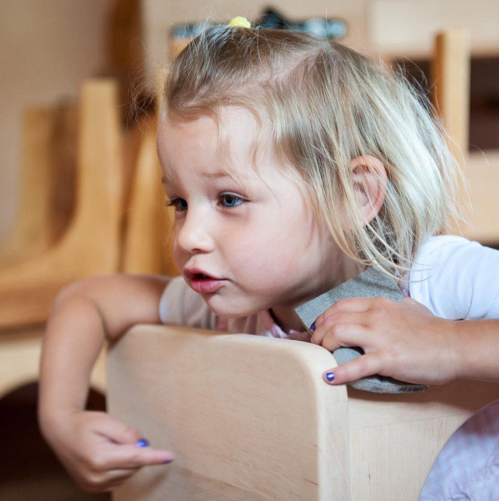 Neue Stühle im Waldorfkindergarten werden von den Kindern selbst geschliffen und von Eltern geölt.