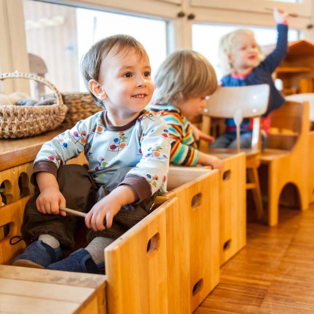 Ankunft neue Stühle, Kleinkindgruppe Spatzennest, Waldorfkindergarten